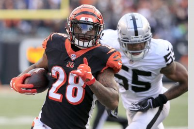 Joe Mixon, Cincinnati Bengals beat Oakland Raiders to keep playoff hopes alive