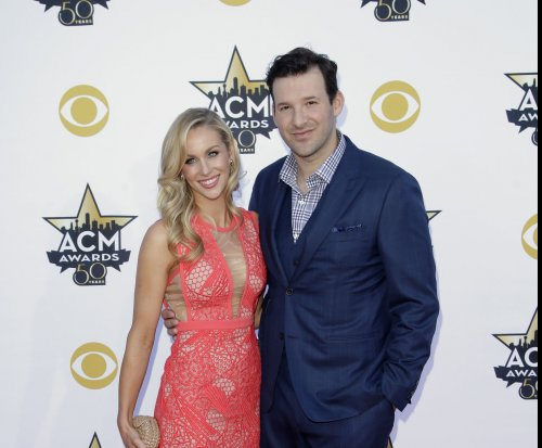 Tony Romo makes Deflategate joke at ACM awards