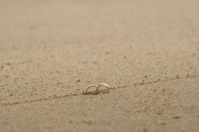 Man with metal detector finds surfer's lost wedding ring