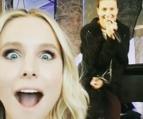 Kristen Bell lip syncs to 'Frozen' co-star Idina Menzel