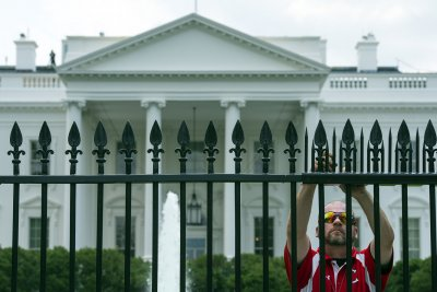 Intruder with backpack arrested after scaling White House fence