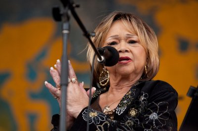 Etta James announces retirement