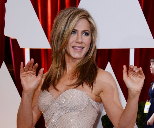 Jennifer Aniston spotted in towel on 'Mother's Day' set
