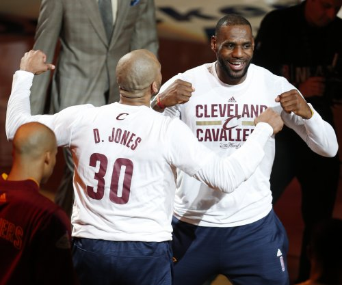 Cleveland Cavaliers: LeBron James, Kyrie Irving showoff dance moves for team DJ