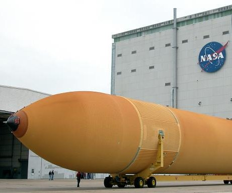 NASA navigates 65,000-pound Space Shuttle fuel tank through LA streets