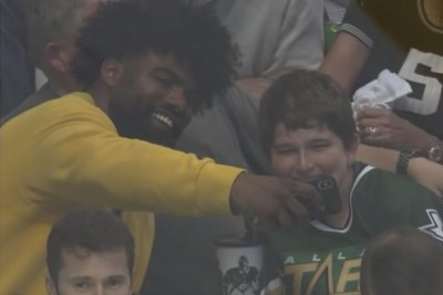 Cowboys' Ezekiel Elliott comforts boy hit by puck during Stanley Cup Playoffs