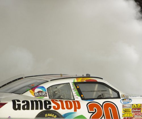 Kenseth wins rain-delayed, wreck-filled race at Bristol