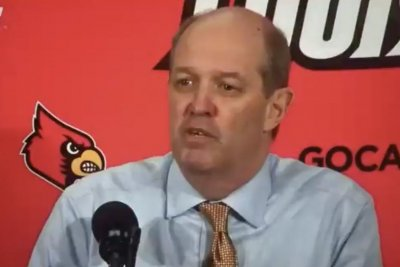 Pittsburgh coach Kevin Stallings shouts 'at least we don't pay our guys $100K' during Louisville game