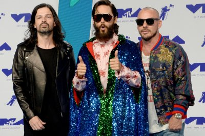 Jared Leto pays tribute to Chester Bennington at MTV VMAs