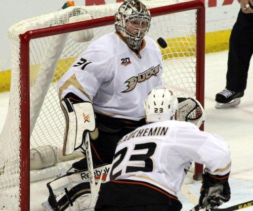 Anaheim Ducks dominate Chicago Blackhawks