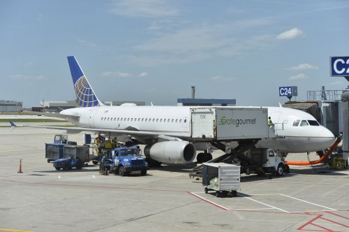 United offers flight attendants $100,000 buyouts