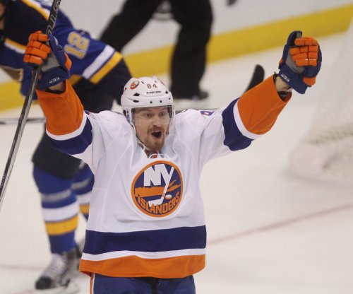 Last minute goal lifts Islanders over Blues
