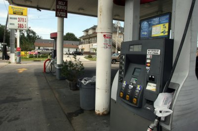 Gas prices at record for holiday weekend