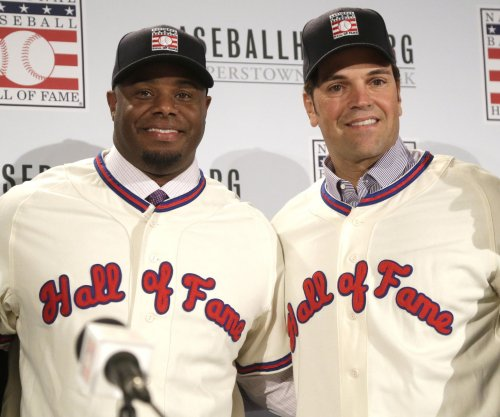 Ken Griffey Jr., Mike Piazza select team hats for Hall of Fame entrance