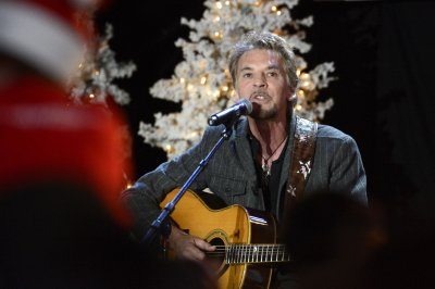 Kenny Loggins to guest star as himself in the comedy series 'Playing House'