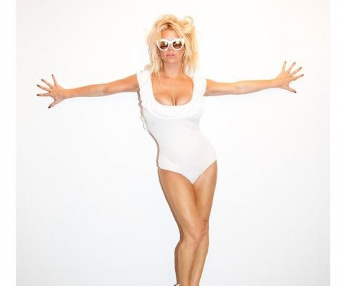 Jessica Simpson channels Pamela Anderson in new photo