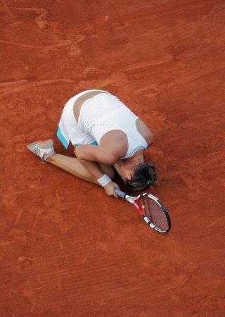 Safina beats Sharapova to reach quarters
