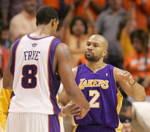 Fisher stays with LA Lakers