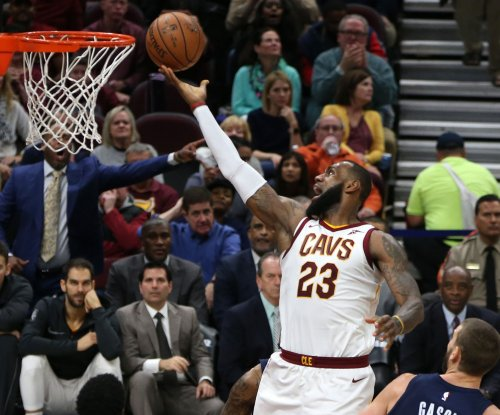 Cavaliers' LeBron James congratulates himself for reaching 30K points