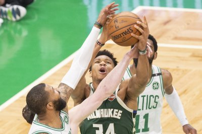 Giannis Antetokounmpo lights up Celtics in 4Q, Bucks take 3-1 series lead