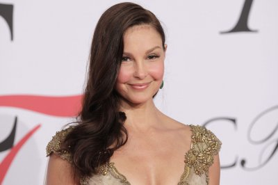Ashley Judd posts photos, details rescue mission after leg injury
