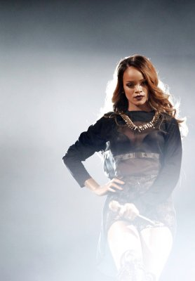 Rihanna goes goth at the iHeartRadio Music Awards, wins Artist of the Year