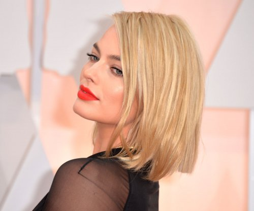 Margot Robbie stuns with short bob at the Oscars 2015