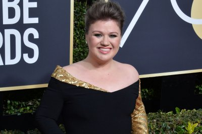 Kelly Clarkson to host the 2018 Billboard Music Awards