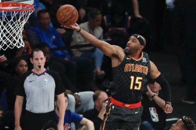 Hawks' Vince Carter scores 25K point on dunk
