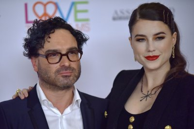 Johnny Galecki, pregnant girlfriend expecting a son
