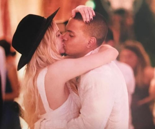Ashlee Simpson posts kiss photo with Evan Ross on anniversary