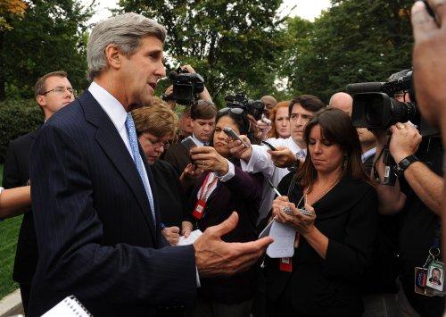 Kerry, Petraeus meet Pakistani officials