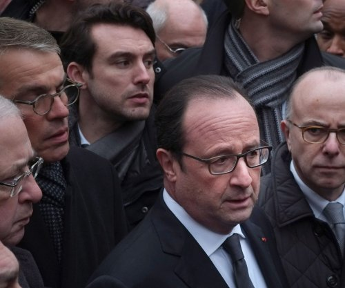 Hollande arrives in Cuba for talks