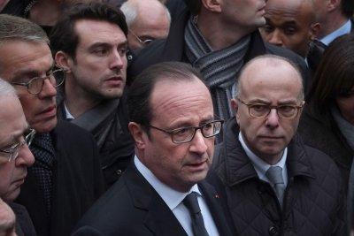 Hollande arrives in Cuba for talks