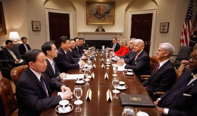 Xi in D.C., meets former U.S. officials