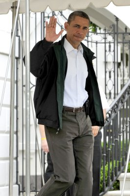 Obama tours tornado scene, meets victims