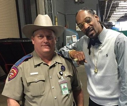 Texas trooper reprimanded for posing for photo with Snoop Dogg