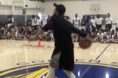 Warriors' Stephen Curry casually makes underhanded half-court shot
