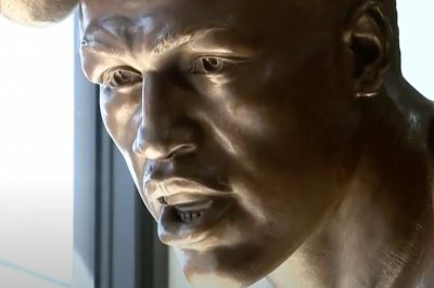 Philadelphia unveils Joe Frazier-Muhammad Ali statue from 'Fight of the Century'