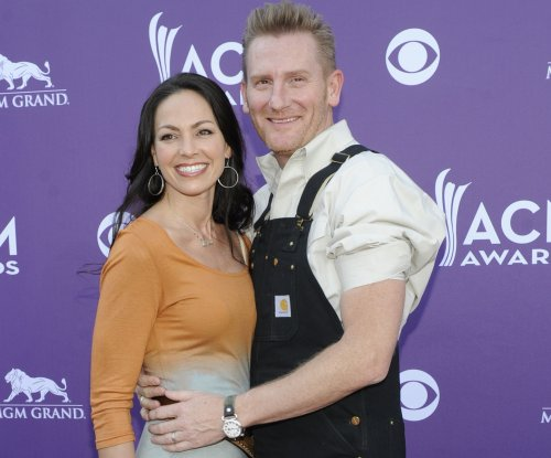 Joey Feek buried after private family funeral; public ceremony set