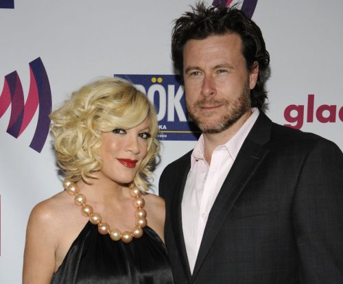 Tori Spelling shares kiss with Dean McDermott on 9th wedding anniversary