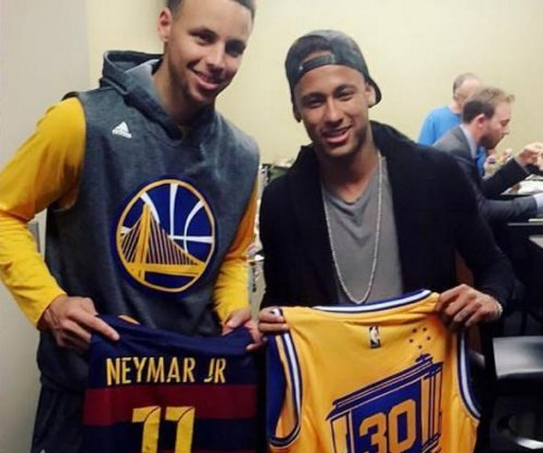 Neymar Jr. hangs out in Golden State Warriors locker room