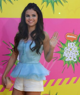 Selena Gomez discourages young fans from seeing 'Spring Breakers'