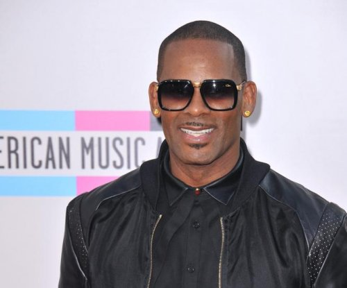 """R. Kelly says there's """"something strange"""" about Cosby accusers"""