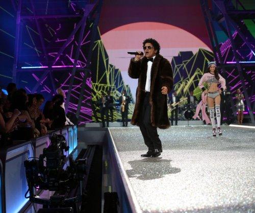 Bruno Mars wins the 2017 iHeartRadio Innovator Award