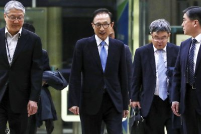 Seoul prosecutors seek warrant for former president in bribery case
