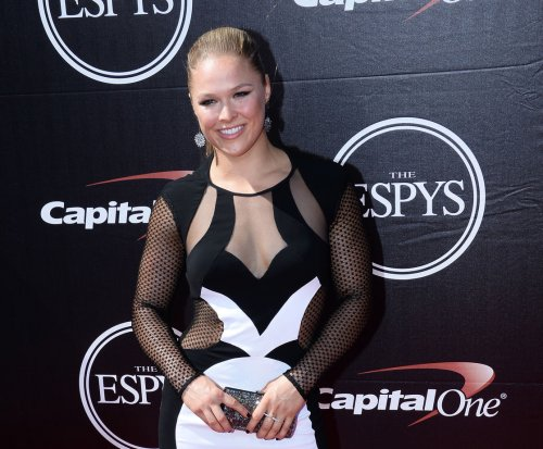 Ronda Rousey disses Floyd Mayweather after accepting ESPY