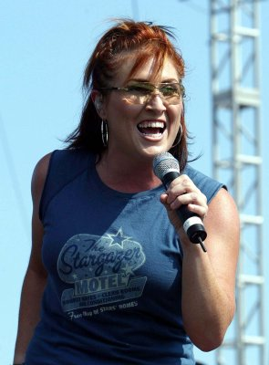 Jo Dee Messina gives birth to son