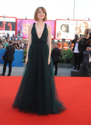 Emma Stone debuts short hair at premiere of 'Birdman'