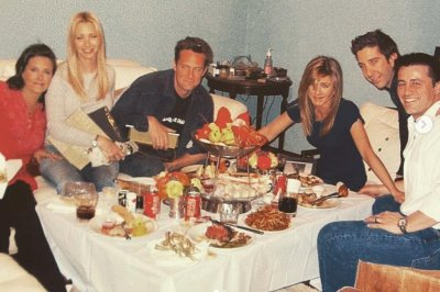 Courteney Cox shares photo of 'Friends' cast 'last supper'